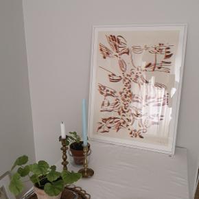 Original vintage litografi af den anerkendte belgiske kunstner Pol Bury fra 1974. Købt i butikken Stilleben i 2018. Litografiet hedder Sculptures à Cordes. Signeret og nummereret: 49/150. Litografiet er oprindeligt købt hos Galerie Maeght i Paris. Indrammet professionelt i enkel hvid træramme af Stilleben. Rammens mål er 62,5 x 84 cm. Selve litografiets mål er ca. 54 x 75 cm. Nypris kr 4650. Der er slået en mindre flig af glasset nede i det ene hjørne. Det er ikke noget man umiddelbart ser, men vil selvfølgelig nævne det. Skriv evt. efter flere billeder 🙂.  Bud fra 1500,-Kan beses og afhentes i fuglekvarteret i København NV 🌿