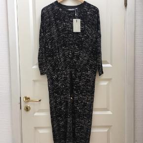Varetype: Midi Farve: Sort  Twila dress. Aldrig brugt, stadig med mærke.