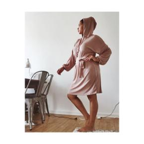 Pale pink, sporty hooded dress with 3 m tie-belt. Really chill wear and good for Sunday brunch :-)