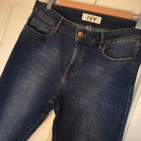 Ivy jeans med masser af stræk og flot vask med slid på knæ og afklippet kanter ved ankel. Brugt meget lidt og er derfor som nye. Str 28.  Køber betaler fragt.