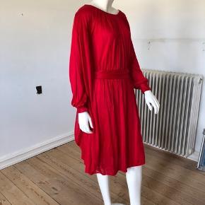 Den smukkeste rød kjole fra Marc by Marc Jacobs. Brugt men fejler intet.  Str S.  Byttes ikke.