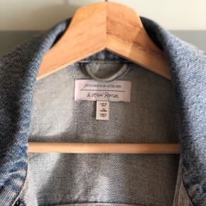 Skøn denimjakke fra & other stories 💙 Køber betaler fragt  Byd gerne - vi kan også aftale mængderabat, hvis der købes flere stykker tøj på min side ☺️