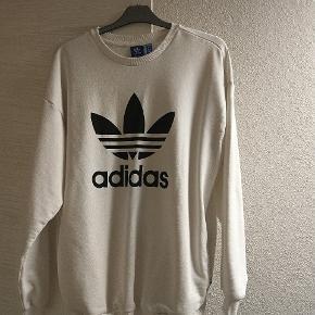 Hvid Adidas sweatshirt med lommer i begge sider. Brugt meget lidt :)