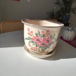 Vildt flot potteskjuler/krukke med original underskål.  Se også mine andre annoncer ☺️ jeg giver mængderabat
