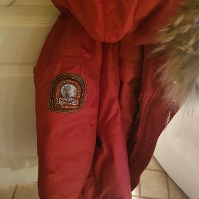 Young small (xs) Super lækker jakke fra parajumpers. Sælges da jeg har for mange andre:)  ♡ Ægte pelskrave  ♡ Plys faux fur pels i hætten ♡ Fede detaljer ♡ Super lækker & varm ny jakke