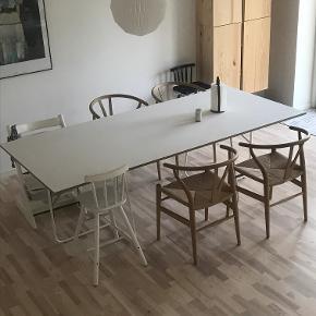 Spisebord, laminat og birk, trævarefabrikernes udsalg,   mål. b: 100 l: 225  Spisebord, birketræskant med laminatoverflade , trævarefabrikernes udsalg, b: 100 l: 225 (nypris 5000kr)  Meget smukt, enkelt og vedligeholdesfrit bord. Bordet er 1 år gammel og fremstår som nyt uden ridser eller anden slid. Sælges udelukkende pga. flytning :(  19 mm. birkekrydsfinérplade monteret med mat og ekstra modstandsdygtig laminatoverflade i forhold til ridser og slitage. Laminaten er silkeblød - og der efterlades stort set ikke aftryk efter berøring. Dette skyldes, at den er nano-behandlet hele vejen igennem laminaten. Den matte overflade betyder desuden, at man slipper for irriterende genskin og refleksion fra solen. Stellet er udført i 16 mm pulverlakeret metal.  DAGLIG VEDLIGEHOLDELSE: Laminaten holdes ren med en klud, der er opvredet i alm. varmt vand