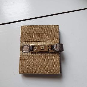Gucci pung. Måler ca 10 x 9 cm foldet sammen. Pungen har nogle brugsspor som feks afmærkning af læderet, men ellers god stand. Kan sendes over Trendsales 📦