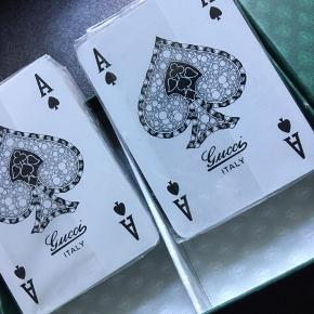 Til personen der har ALT.  2 sæt gamle uåbnede Gucci spillekort. Største flex til en pokeraften, eller som samleobjekt.