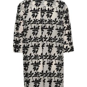 Lækker lækker skjorte, tunika, let jakke - let transparent - sort og hvid. Lang ca. 92 cm. Let puf i 3/4 ærme. Aldrig brugt. fejlkøb!!! Nypris: 879 kr. !!!
