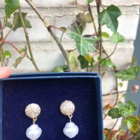 Helt nye ikke ægte guld øreringe med perler.