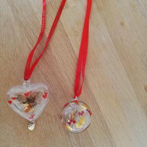 2 stk. glaskunst fra Holmegård - Christmas årg. 1996 og 2008. Den ene med org. bånd. Kan sendes med DAO