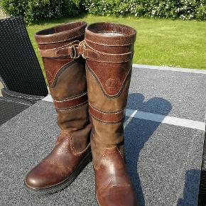 Super lækre støvler fra mountain horse. Har bare for mange støvler der kommer disse til salg. Aldrig brugt hos hest. Max brug 10 gange str 40