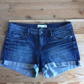Shortsene har været brugt, men fejler intet. I mærkatet står der, at størrelsen er en størrelse EUR 27. Jeg vil sige de passer en S/M alt efter hvor stramme man vil have dem.  Billedet viser shortsenes mål, har du yderligere sprøgsmål, er du velkommen til at skrive:))