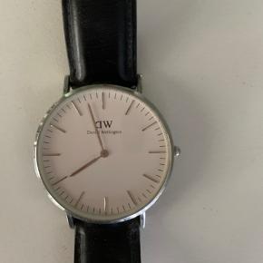 Sælger dette fine Daniel Wellington ur. I strørrelse 32mm.   Ny pris. 1.200kr  BYD