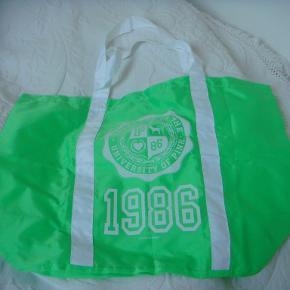Taske i nylon med hanke fra Pink/Victorias secret  Aldrig brung