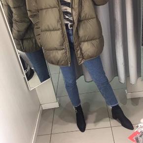 Sælger denne vinterjakke fra H&M, som er købt sidste år i str. S   Den fejler ingenting, da den kun blev brugt er par gange sidste år. Den har en lomme hver side.  Byd endelig!