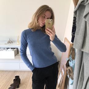 Sælger min elskede sweater, da jeg desværre ikke for den brugt nok 💙 Har også samme sweater bare i grå hvis det kunne have nogen interessere. Den er 100 cashmere, flere billeder kan tilsendes 🧡 min mp er 200kr, men kom med et bud. Køber betaler fragt