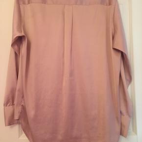 Rosa satinskjorte fra Envii med de flotteste ærmer. Str. er s/m. Spørg gerne :)