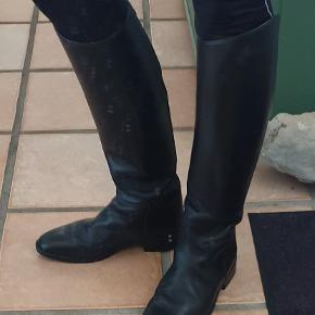 De lækreste ridestøvler fra Cavallo, sort læder. Brugt, men i fin stand. Str 6,5 men passer en str 39. Lægmål 38, højde 48 cm.