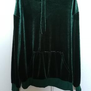 Flot mørkegrøn velour-hættetrøje fra Monki i str. M. Er kun vasket og prøvet på og er derfor som ny.