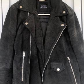 Sælger denne Barneys suede biker jakke! Perfekt til det kommende vejr. Np var 2.4k dengang. Virkelig god kvalitet. Str XS men den fitter meget større! Imo passer den 170-180. Snup din kommende lækre sommerjakke.   Tjek også mine andre annoncer ud!