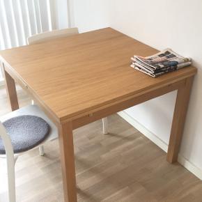 Spisebord fra IKEA med udtræk i begge sider. Bordet har ingen skader og er i god stand. Højde: 74cm  Brede: 90cm  Længde: 90/130/170cm  Hentes i Viby J