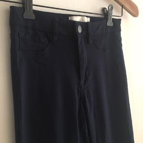 Størrelsen er S/ M  Meget stræk / elastan  Slim fit