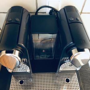 Nespresso C130 maskine, som kan lave to kopper på én gang. Maskinen er ikke brugt meget, men som det fremgår på tredje billede, har den en lille skade.  Nypris 1.700 kr. Byd.