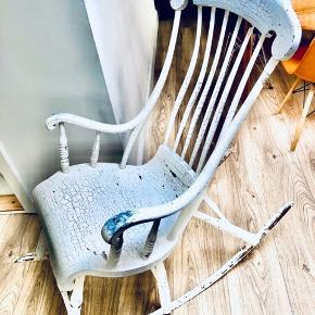 """Over 100 år gammel svensk antik gyngestol i massiv træ - meget solid stol, har mange gode år tilbage!  Den fedeste patina (""""slangeskind"""") et par afskallede flager i malingen og et større fli røget af øverst oppe.   Læg mærke til de 3 'ben' der gør det muligt at læne sig helt tilbage hvis man vil have en lille lur :)"""