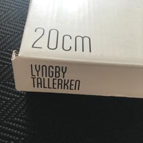 5 Lyngby tallerkner. 350kr  Sælges også enkeltvis til 70kr stk.