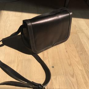 Rigtig sød taske med et enkelt design. Har næsten ikke været brugt. Tænker ikke det er læder:)