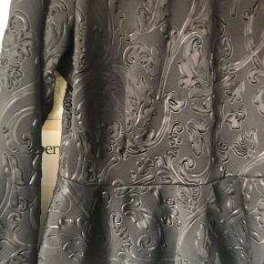 Smuk bluse fra Baum i brokadestof. I str XL (fitter L-XL) stoffet er elastisk.