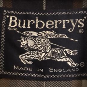Fuldstændig fantastisk original vintage trenchcoat fra Burberry Prorsum i flot beige farve med brunternet for. Jeg tror det er en str. L (eller en herre str. M), for den er desværre meget for stor til mig... kan ikke se str. noget sted. Den kan bruges af både kvinder og mænd😊Den er i hel og fin stand, og vil være helt som ny efter en rens.