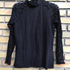 Flot sort bluse fra Only med lange blonde ærmer. Str M. 20kr. Ishøj.