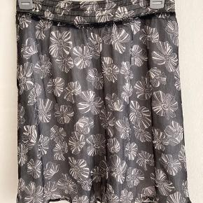 100 pct silke. Meget smuk kort nederdel med underskørt - falder rigtig flot.