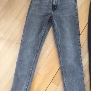 Fede forvaskede grå jeans fra only, model Emily, High waist, straight, str 28/32. Aldrig brugt, kun vasket, desværre købt i forkert størrelse