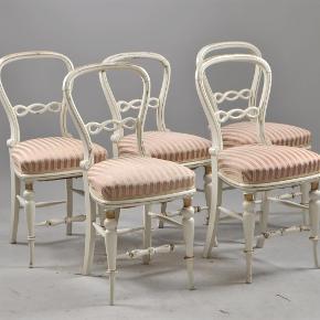 Brand: Antik Varetype: Smukke antikke stole Størrelse: 84 cm Farve: Hvid lyserød guld  De smukkeste antikke stole, de HAR patina, på den gode måde. Org. bemaling samt stof.  Prisen er pr. stk og skal afhentes i Vejle el. Herlev   Stolen er fra 18/1900-tal.