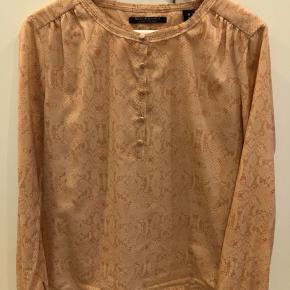 Flot skjorte fra Maison Scotch i polyester. Brugt men uden skrammer eller tegn på slid.