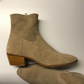 Støvler fra Mango - sand farvet - str. 38 - aldrig brugt  Støvlens farve er en lille smugle lysere i nuancen end på billederne
