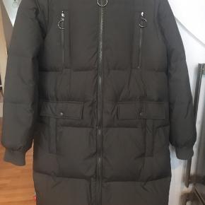 Den populære VMComfy dunjakke/frakke i mørkegrøn, meget varm. Brugt meget lidt.