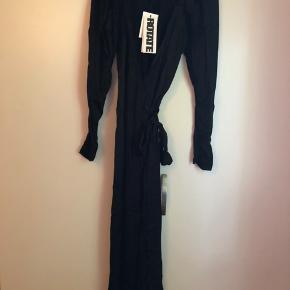 Smuk slå-om-kjole fra Rotate i str. M. Aldrig brugt.