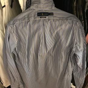 Næsten som ny blåstribet Ralph Lauren skjorte i lækkert, tyndt popling. Skjorten har været anvendt én gang.