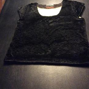 Varetype: Vest Farve: Sort  Fin sort vest med lime silkefoer. Meget fint stof . Viskose, bomuld og polyester.  Lgd 58 cm og bredde bredde 52 cm . Små vingeærme. Ingen lynlås - tages blot over hovedet.   Meget anvendelig både til hverdag og fest