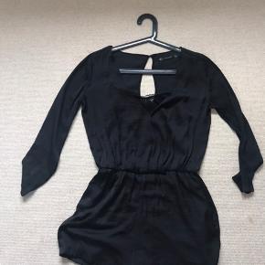 Størrelse S.  Jumpsuit sort med indv fast blondetop.