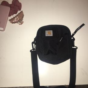 Sælger min næsten ubrugte carhatt taske! 💗💓💕💞
