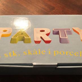 Nye - aldrig brugt. 5 stk. skåle i porcelæn, som bogstaver PARTY. Højde ca. 15 cm. Jeg har 2 pakker - prisen er pr. stk. er 75,- eller begge for 125,-