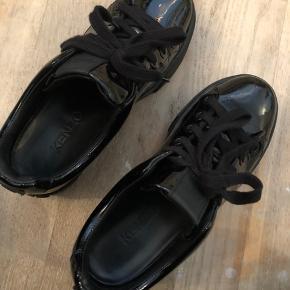 Brugt meget få gange. Dufter som og ligner nye sko. Super fede, men får dem desværre ikke brugt Nypris 5000