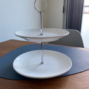 Sælger denne.  Nederste fad 21 cm i diameter  Øverste fad 18 cm i diameter  Højde 23 cm  Byd
