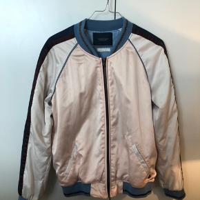 Skøn jakke fra Maison Scotch. Str S. Den er brugt, men i rigtig pæn stand. Så smuk