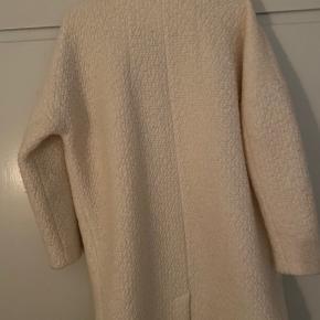 Flot jakke i hvid sand farve. Se også mine andre annoncer:) BYD:)